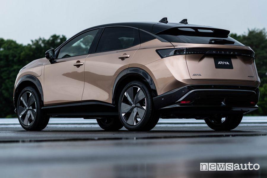 Vista posteriore Nissan Ariya crossover elettrico