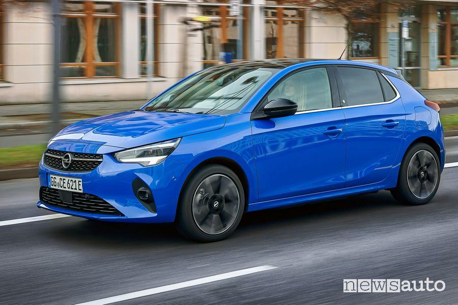 Vista di profilo Opel Corsa-e elettrica Blu