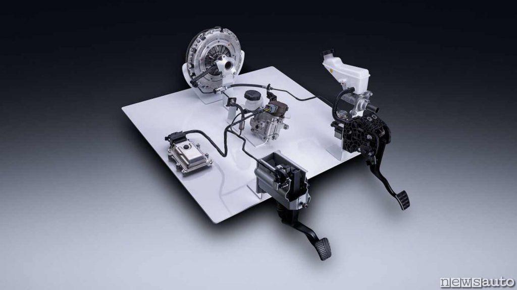 """Differenza comando tra una frizione tradizionale (a DX) e la frizione elettro attuata di KIA con motorino elettrico generatore di pressione sul circuito anziché dalla classica """"pompa dei freni""""."""