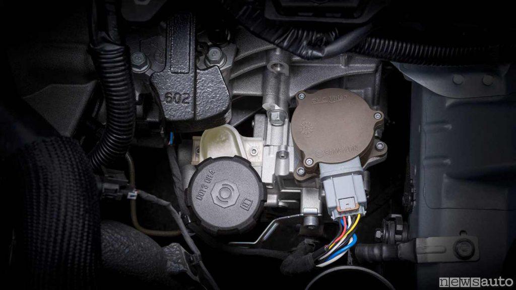 Il sistema iMT di KIA applicato sulla scatola del cambio: si vede il  motorino attuatore che aziona la pompa idraulica e relativo serbatoio del liquido