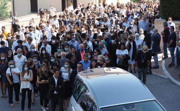 I funerali nella chiesa parrocchiale di San Bartolomeo a Solomeo
