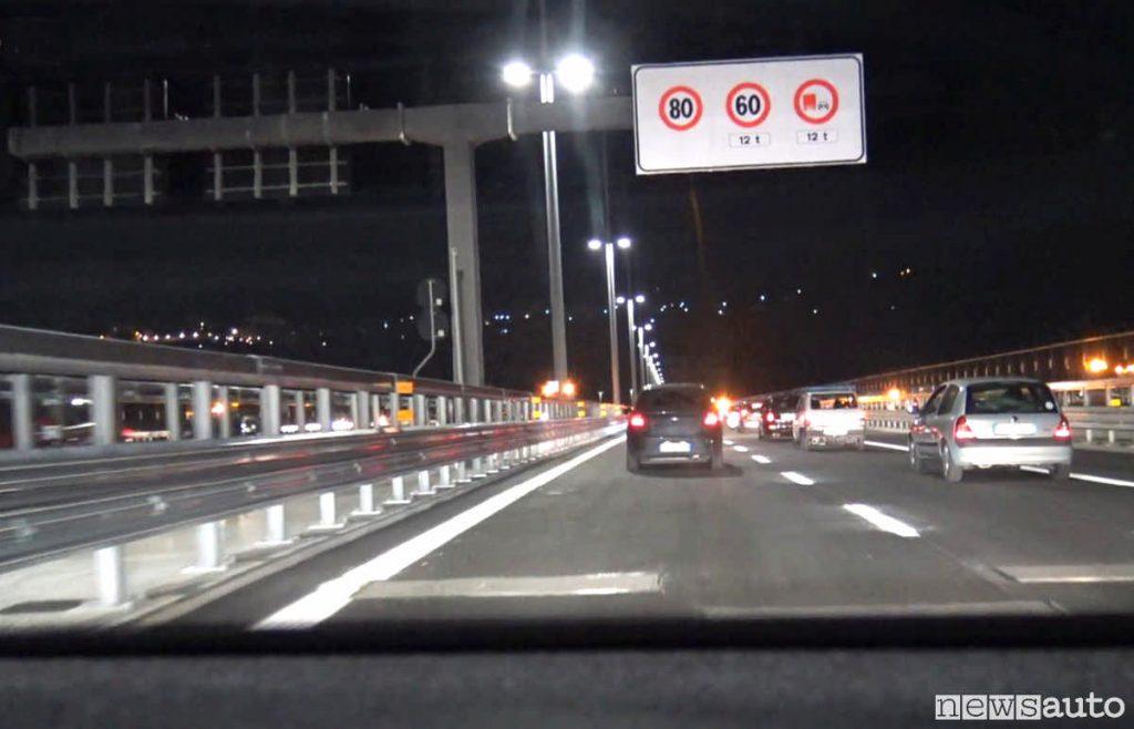 Sul nuovo ponte di Genova le prime auto che circolano dopo l'apertura alle ore 22 del 4 agosto