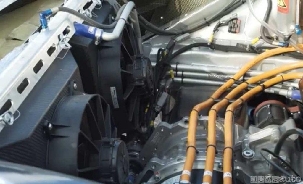 Radiatori per il raffreddamento e motore elettrico anteriore della Ford Fiesta elettrica da rallycross