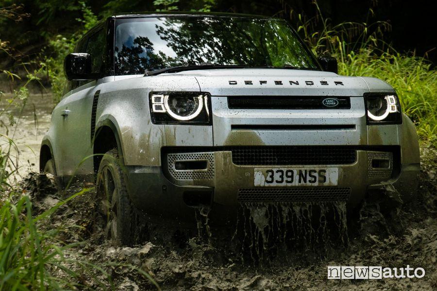 Vista anteriore Land Rover Defender 90 in off road