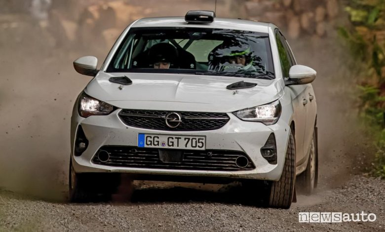Vista frontale Opel Corsa Rally4 sullo sterrato