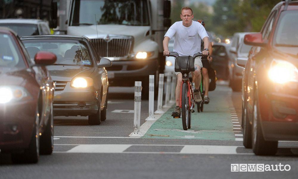 Obbligo di precedenza alle biciclette sulle strade urbane ciclabili