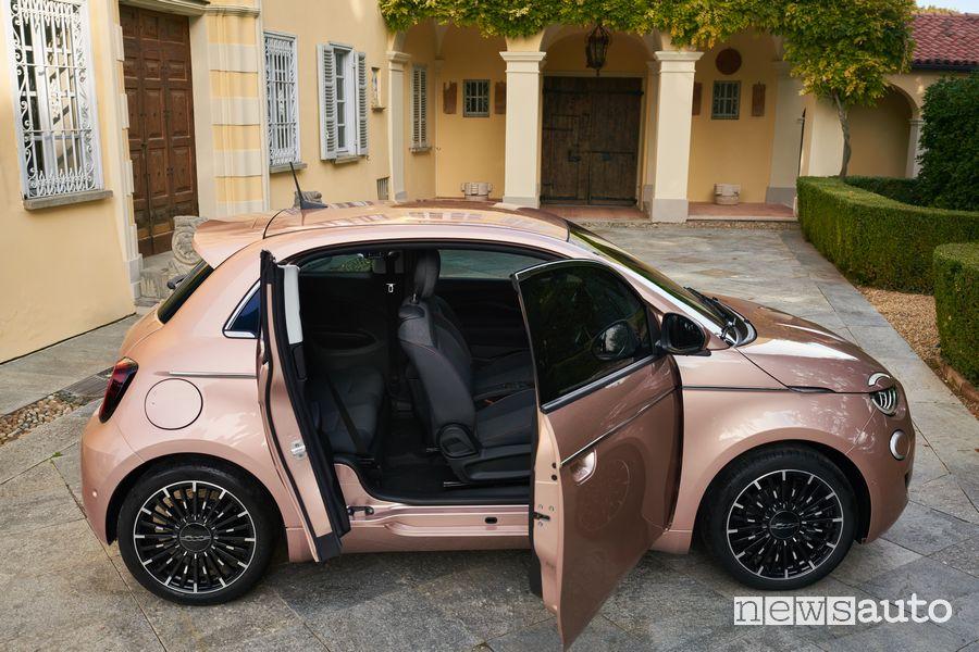 Vista laterale Fiat 500 elettrica 3+1 portiera aperta controvento