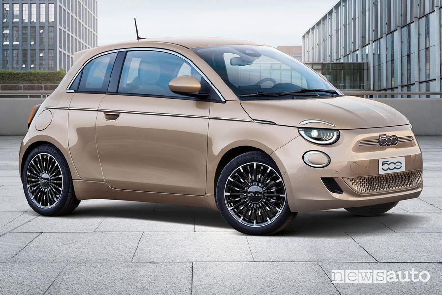 Vista di profilo Fiat 500 elettrica 3+1