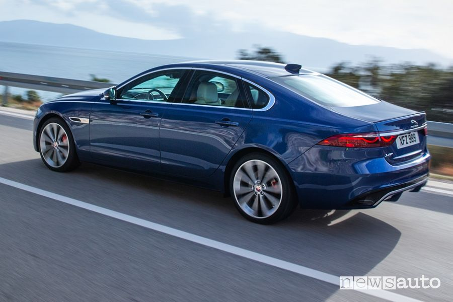 Vista laterale nuova Jaguar XF