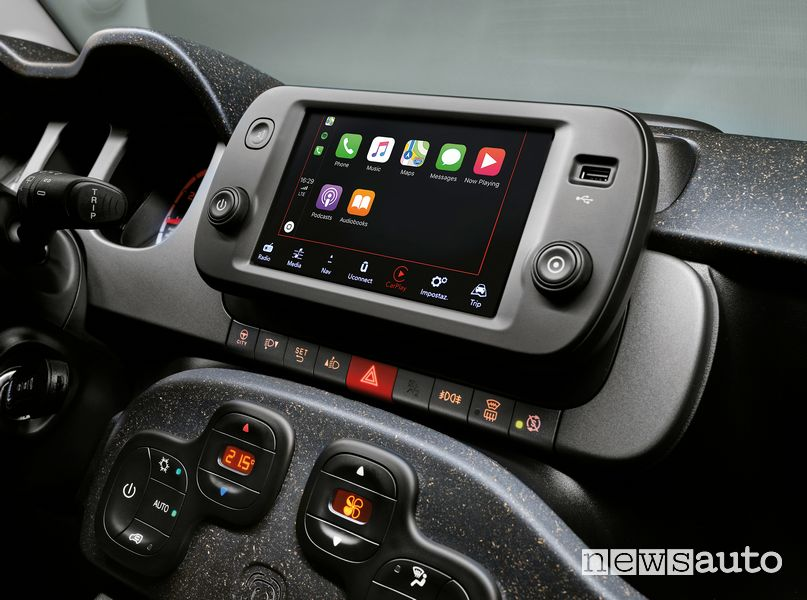 "Infotainment touchscreen 7"" con Apple CarPlay abitacolo nuova Fiat Panda"