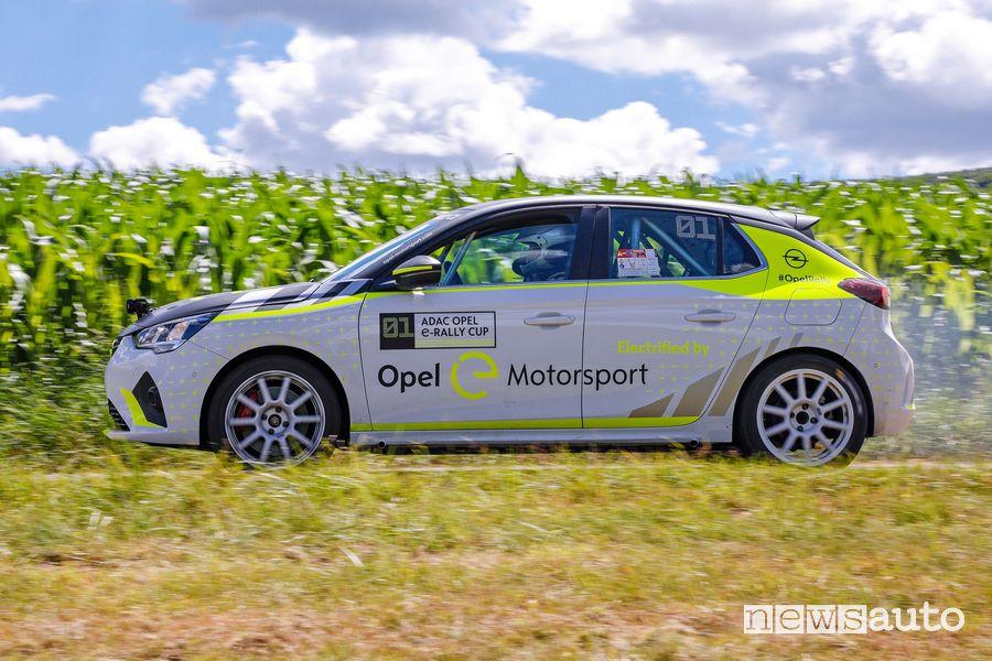 Vista laterale Opel Corsa-e Rally in azione