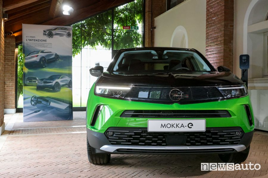 Vista anteriore Opel Mokka-e elettrica