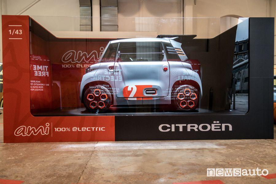 Citroën Ami di dimensioni reali inserita nella scatola di un modellino