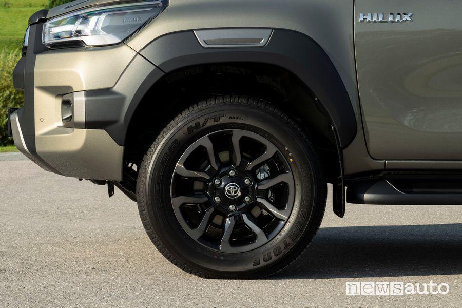 Ruote in lega Toyota Hilux Invincibile 265/60 R18.