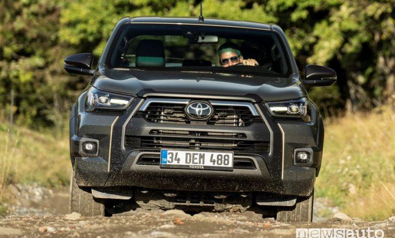 Frontale Toyota Hilux Invincibile sullo sterrato