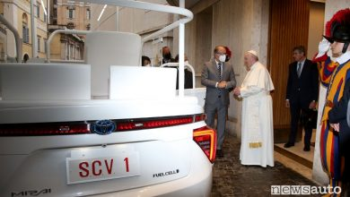 Photo of Papamobile ad idrogeno, Papa Francesco con la Toyota Mirai