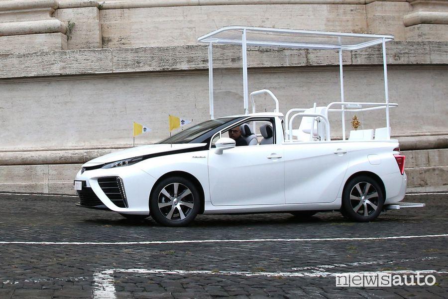 Frontale laterale Toyota Mirai Papamobile per Papa Francesco