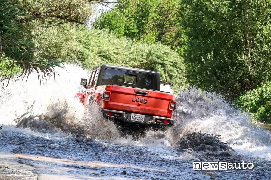 Attraversamento guado e dettagli posteriori e cassone Jeep Rubicon Gladiator JT