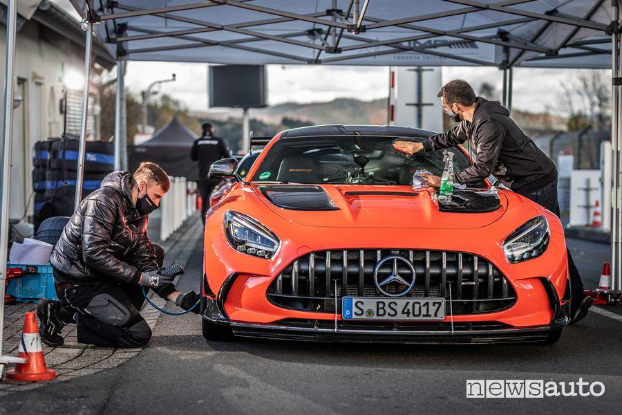 Mercedes-AMG GT Black Series ai box prima del giro record al Nurburgring