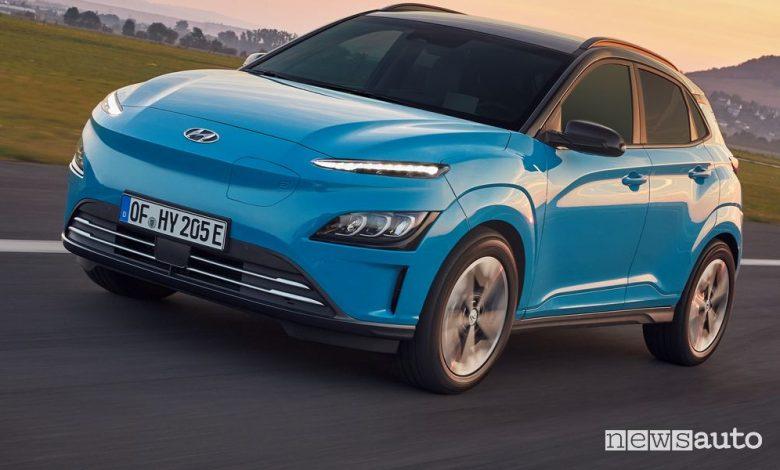 Vista di profilo nuova Hyundai Kona Electric su strada