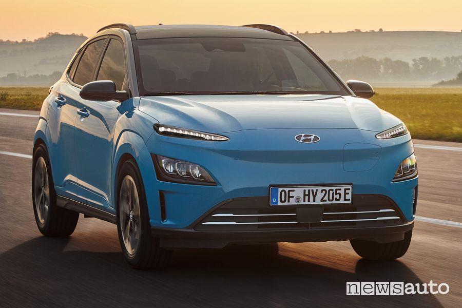 Vista anteriore nuova Hyundai Kona Electric su strada