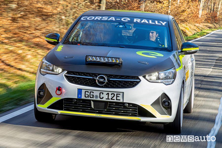 Vista anteriore Opel Corsa-e Rally test su strada