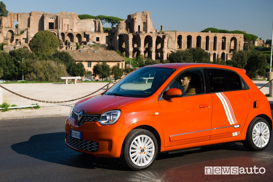 Renault Twingo Electric serie speciale Vibes a Roma ai Fori Imperiali
