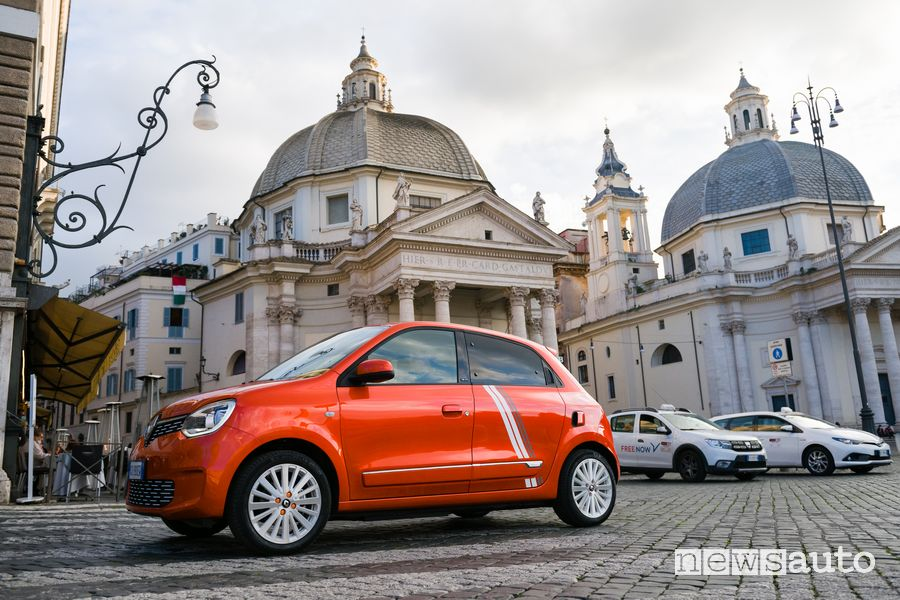 Renault Twingo Electric serie speciale Vibes a Roma in Piazza del Popolo