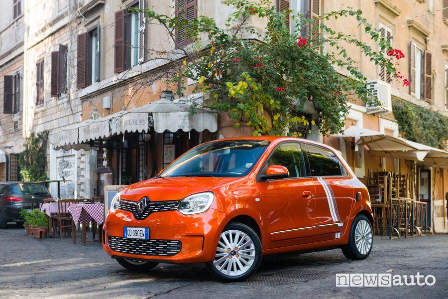 Vista di profilo Renault Twingo Electric serie speciale Vibes a Roma in Trastevere