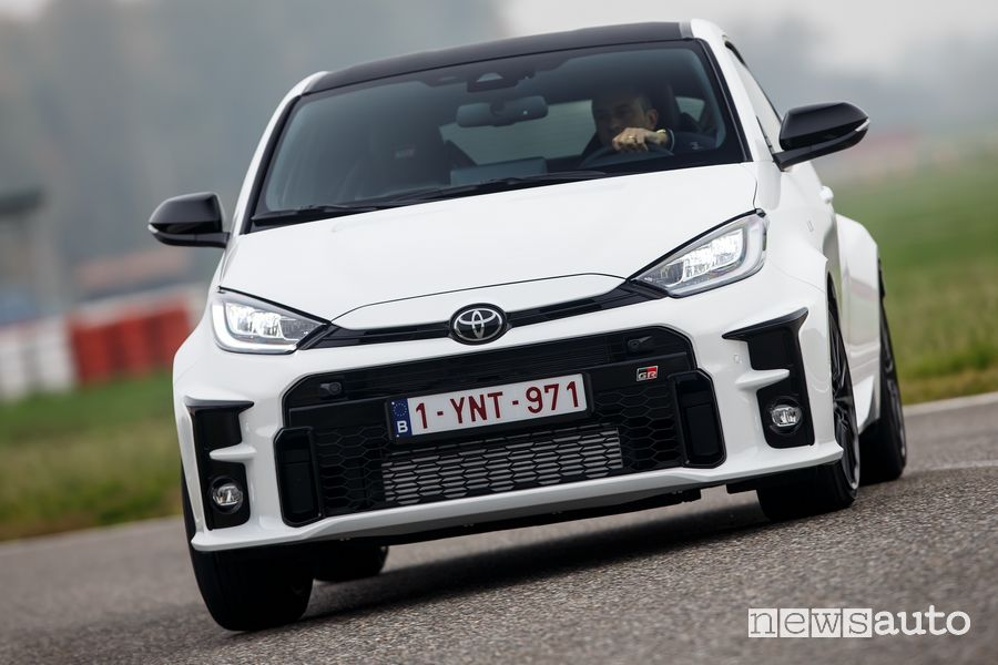 Vista anteriore Toyota GR Yaris bianca in pista