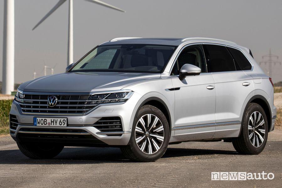 Vista di profilo Volkswagen Touareg eHybrid