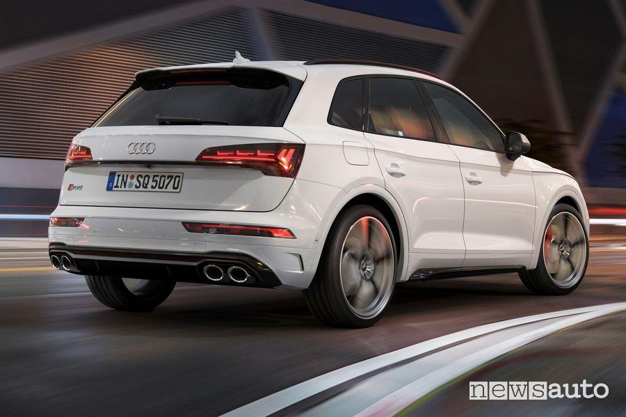Vista posteriore Audi SQ5 TDI su strada