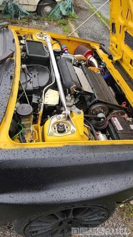 vano motore della Lancia Delta Integrale gialla rubata a Roma (ritrovata) è ora bicolore, giallo e nero