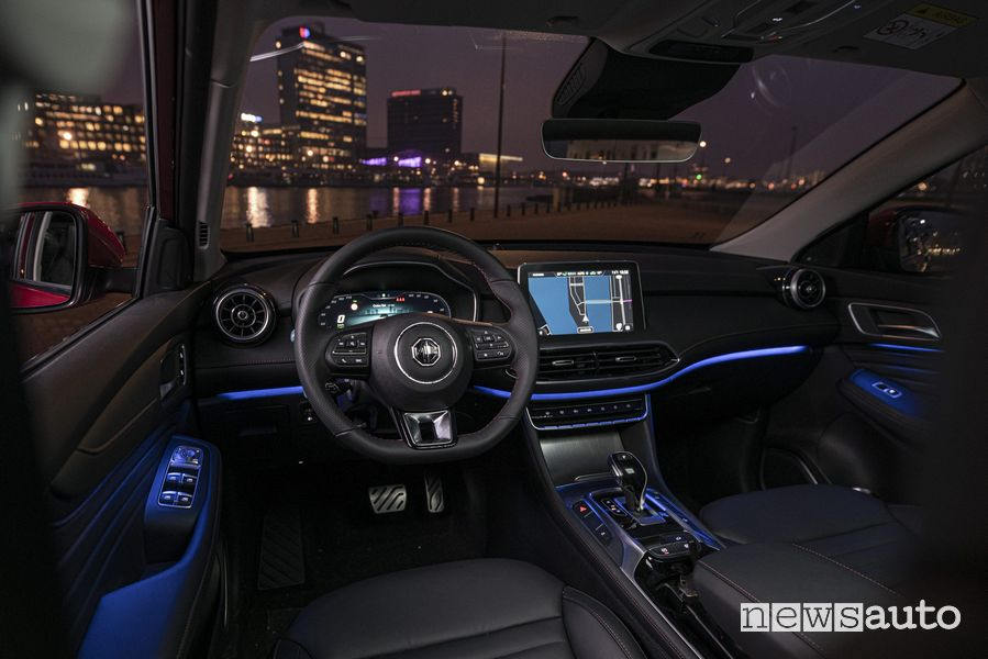 Luci ambiente abitacolo di notte MG EHS Plug-in Hybrid