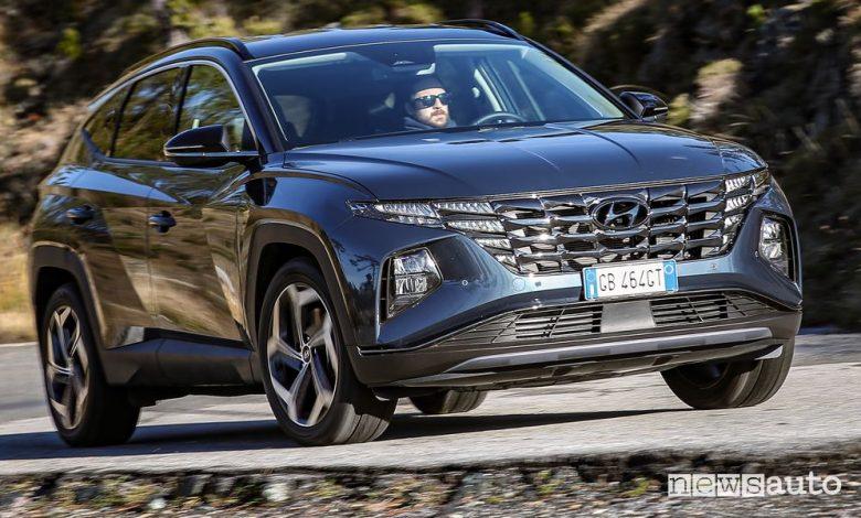 Vista di profilo nuova Hyundai Tucson Hybrid su strada