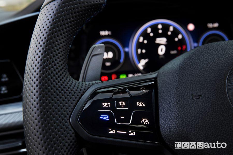 Comandi touch volante abitacolo nuova Volkswagen Golf R