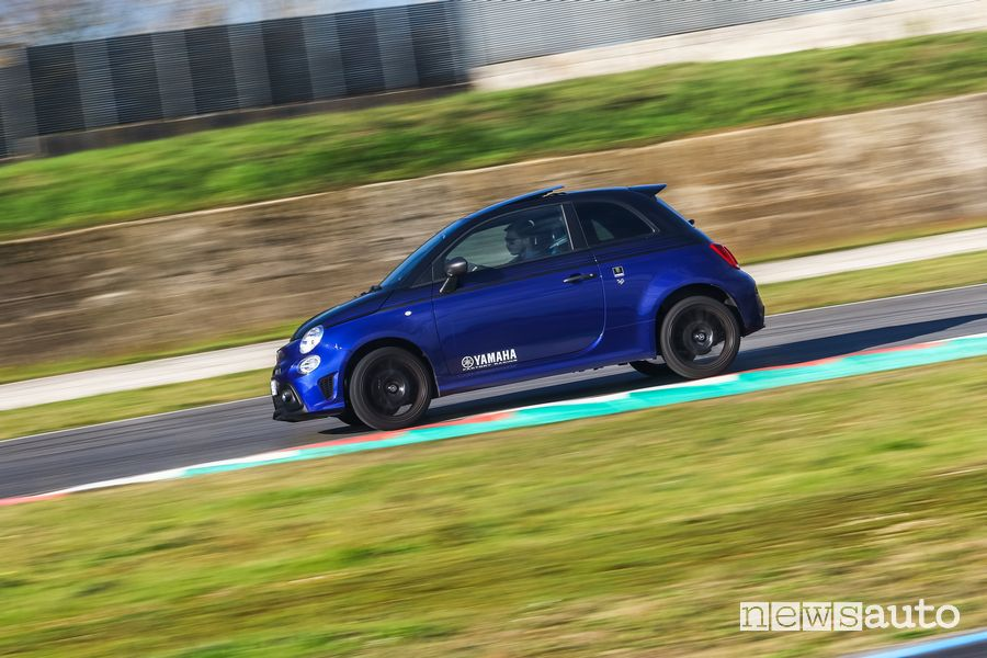 Vista laterale Abarth 595 Monster Energy Yamaha in pista