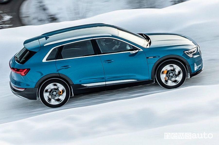 Vista laterale Audi e-tron 55 quattro sulla neve
