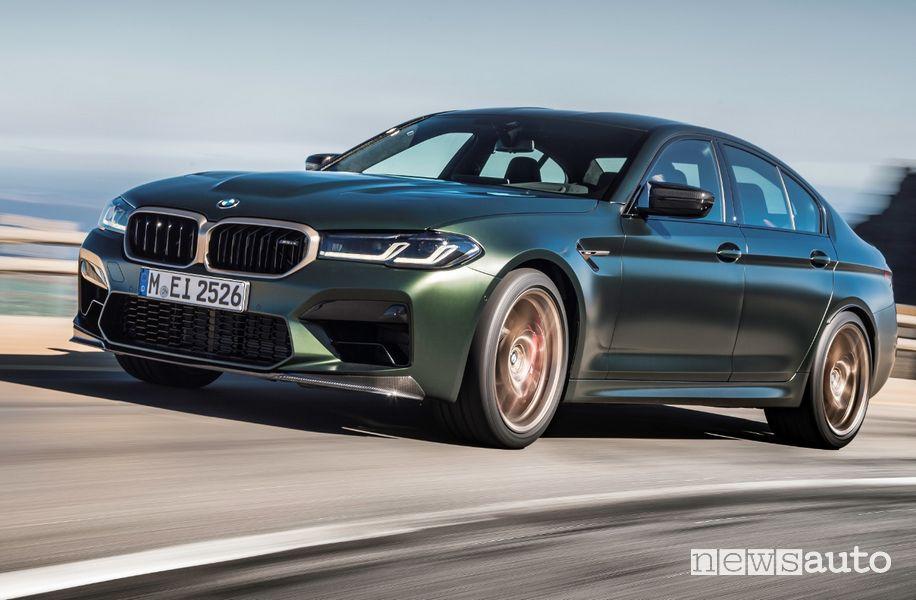 Vista di profilo BMW M5 CS su strada