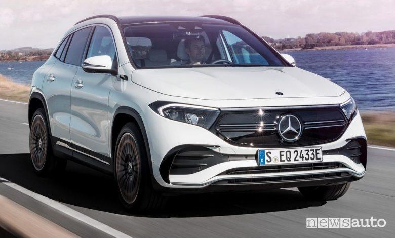 Vista anteriore Mercedes-Benz EQA Edition 1 in movimento