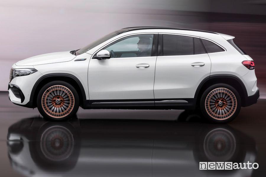 Vista laterale Mercedes-Benz EQA Edition 1 in movimento