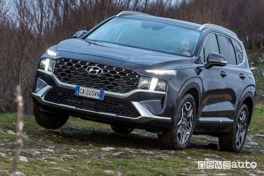 Vista di profilo nuova Hyundai Santa Fe sullo sterrato