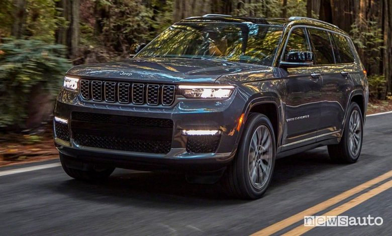 Vista di profilo nuova Jeep Grand Cherokee L Summit su strada