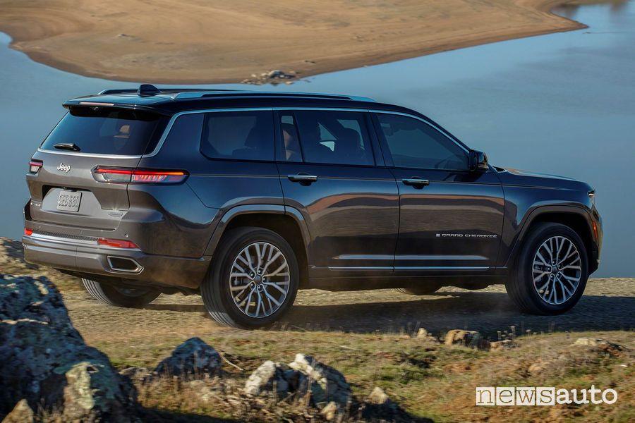 Vista posteriore nuova Jeep Grand Cherokee L Summit sullo sterrato
