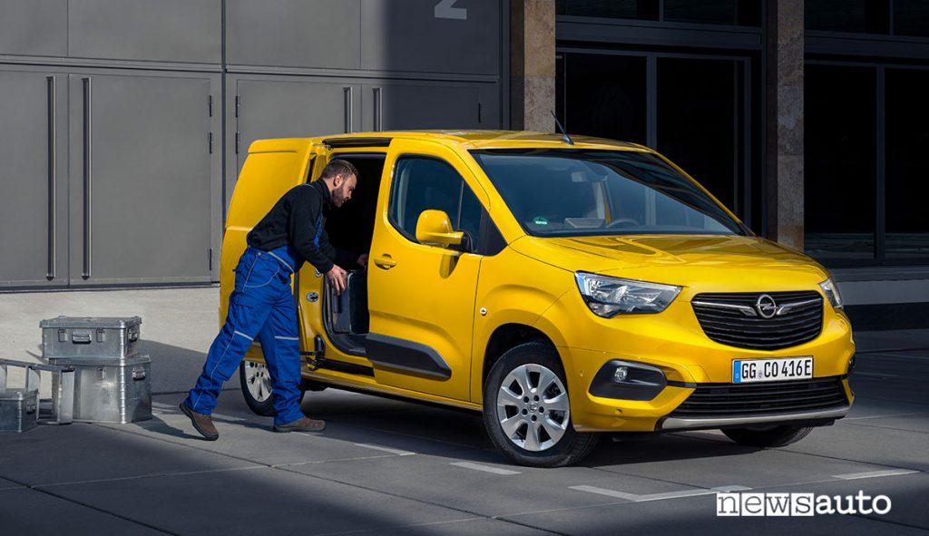 Carico e scarico Opel Combo-e furgone elettrico compatto