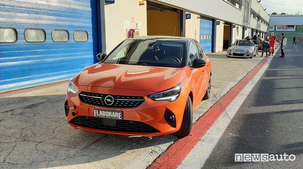 Vista anteriore Opel Corsa-e elettrica nei box a Vallelunga
