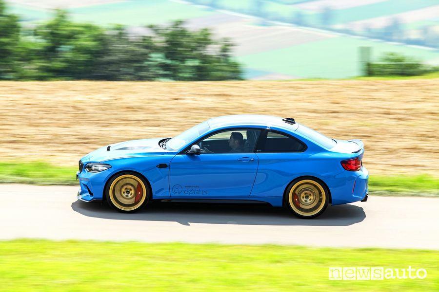 Vista laterale dÄHLer BMW M2 CS DCL in movimento