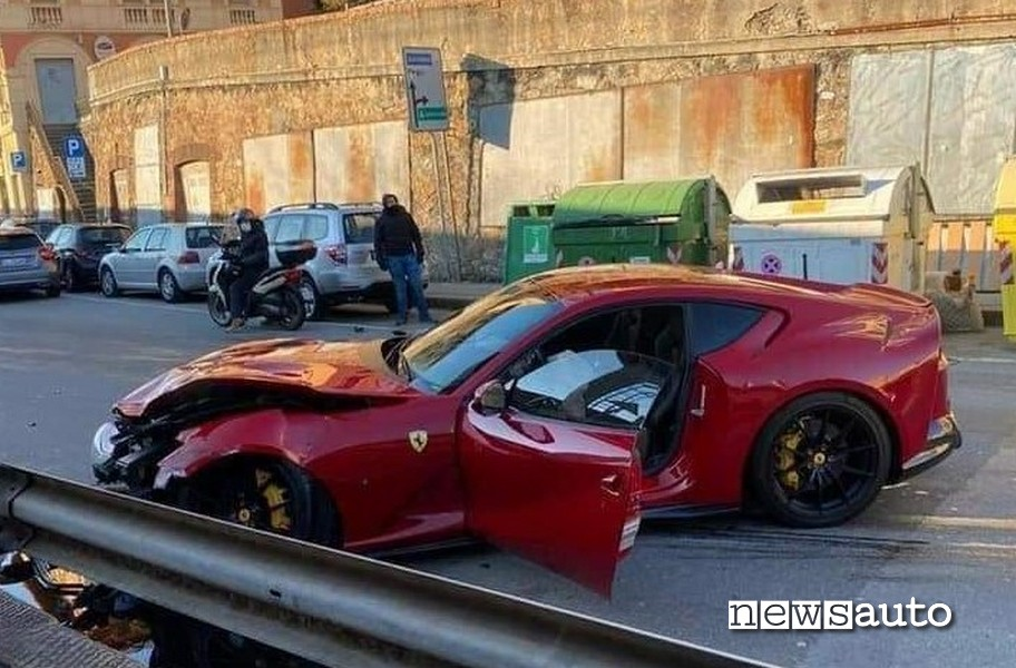 Muso distrutto della Ferrari 812 Superfast di Federico Marchetti incidentata dall'addetto dell'autolavaggio