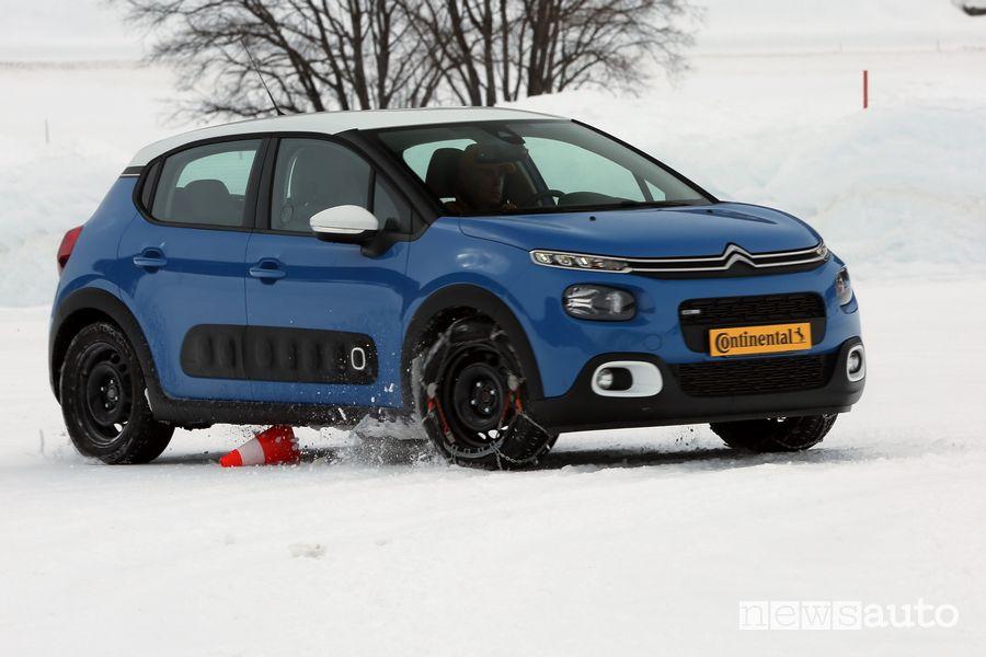 Citroën C3 nel test con catene da neve su gomme estive Continental ContiPremiumContact 5