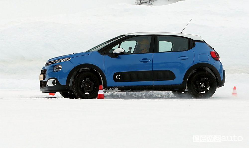 Citroën C3 nel test con catene da neve su gomme quattro stagioni AllSeasonContact